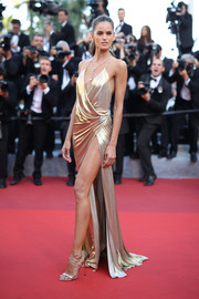 Izabel Goulart kept the shine coming with a pair of strappy gold heels.