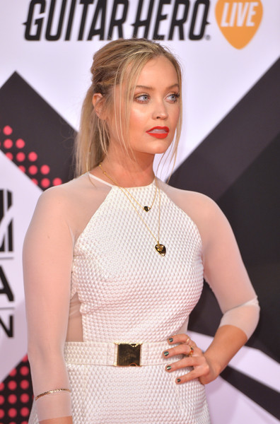 Laura Whitmore Metallic Nail Polish [hairstyle,beauty,premiere,carpet,blond,fashion,red carpet,dress,flooring,cocktail dress,red carpet arrivals,laura whitmore,milan,italy,mediolanum forum,mtv ema]