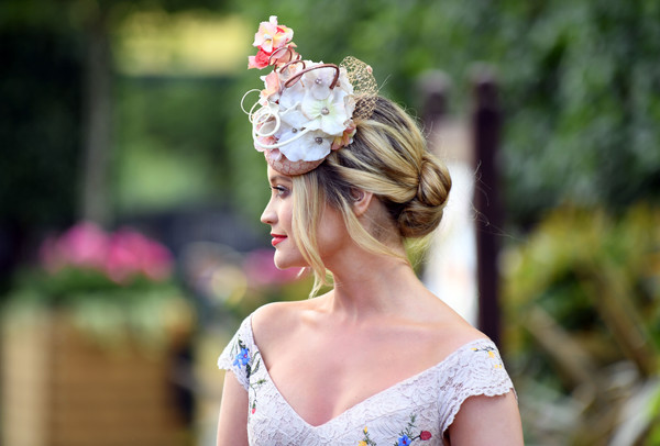 Laura Whitmore Loose Bun [hair,white,hairstyle,headpiece,beauty,pink,hair accessory,fashion,dress,spring,laura whitmore,ascot,england,ascot racecourse,royal ascot ladies]