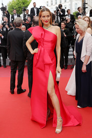 Petra Nemcova looked sweet and glam in a ruby-red one-shoulder gown with oversized bow detail at the 2019 Cannes Film Festival screening of 'La Belle Epoque.'