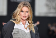 Doutzen Kroes wore her hair in a loose center-parted style at the Le Defile L'Oreal Paris runway show.