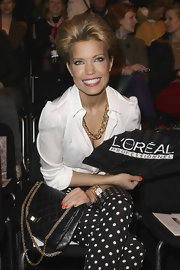 Sylvie van der Vaart added a black quilted leather bag with gold chain that went perfect with her retro-inspired look.