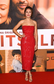 Olivia Cooke paired her dress with silver slim-strap sandals.