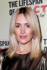 Rose Byrne glammed up her lobes with a pair of gold dangle earrings by Jennifer Fisher.