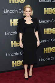 Emilia Clarke sealed off her all-black attire with a pair of satin pumps.