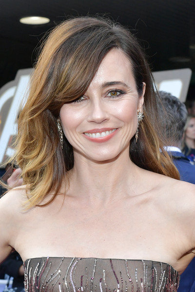 Linda Cardellini Long Side Part [avengers: endgame,red carpet,hair,face,hairstyle,eyebrow,blond,beauty,chin,layered hair,brown hair,shoulder,linda cardellini,los angeles convention center,world,california,walt disney studios motion pictures,marvel studios,world premiere,premiere]