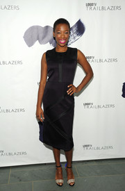 Samira Wiley styled her simple frock with a pair of tricolor ankle-strap sandals.
