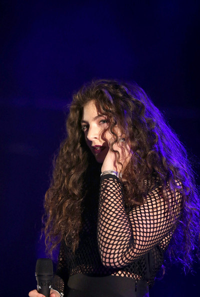 Lorde gave us Merida vibes with her long curls whlie performing in Auckland.