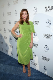 Leslie Mann chose elegant gold sandals by Jimmy Choo to polish off her look.