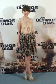 Leticia Dolera chose a light and flowing look with this print skirt paired with a nude blouse.