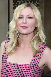 Kirsten added a subtle wave to her bright blond locks at the Louis Vuitton show.