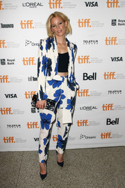 Going for a print-on-print finish, Elizabeth Banks accessorized with a Jimmy Choo floral clutch.