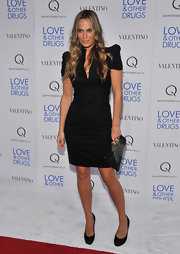 Molly Sims let the exaggerated shoulders of her dress do the talking by pairing the look with versatile black satin pumps. Long beachy waves complete the model's look.