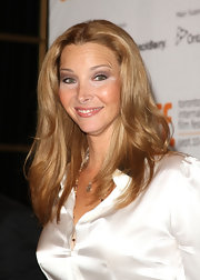 Lisa Kudrow's barely-there waves added lots of volume to her hair.