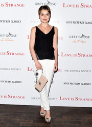 Sami Gayle styled her outfit with a quilted nude leather bag with an embellished strap.