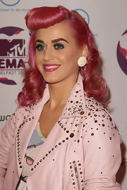 Katy Perry swept a shimmering turquoise liner across her lids for some 1950s-inspired glam.