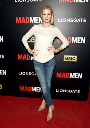 Kelly Rutherford completed her casual outfit with a pair of washed-out jeans.