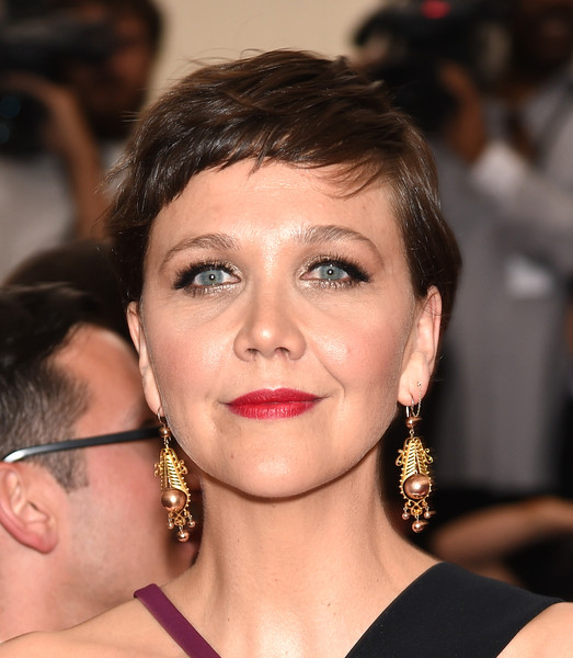 Maggie Gyllenhaal Pixie [through the looking glass,hair,face,eyebrow,hairstyle,lip,chin,beauty,nose,cheek,forehead,arrivals,maggie gyllenhaal,china,new york city,metropolitan museum of art,costume institute benefit gala]