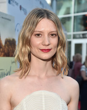 Mia Wasikowska sported a face-framing wavy hairstyle at the premiere of 'Damsel.'
