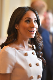 Meghan Markle looked sweet with her loose wavy hairstyle at the Queen's Young Leaders Awards ceremony.