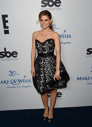 Maria Menounos complemented her lovely dress with a long black leather clutch.
