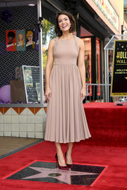 Mandy Moore styled her frock with a pair of wine-red satin pumps by Christian Louboutin.