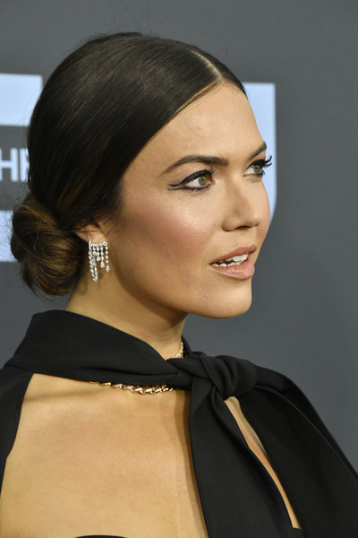 Mandy Moore Chignon [hair,face,hairstyle,eyebrow,chin,lip,beauty,cheek,skin,black hair,arrivals,mandy moore,critics choice awards,barker hangar,santa monica,california,mandy moore,25th critics choice awards,ralph breaks the internet,the barker hangar,actor,celebrity,independent spirit awards,fashion,2020,santa monica]