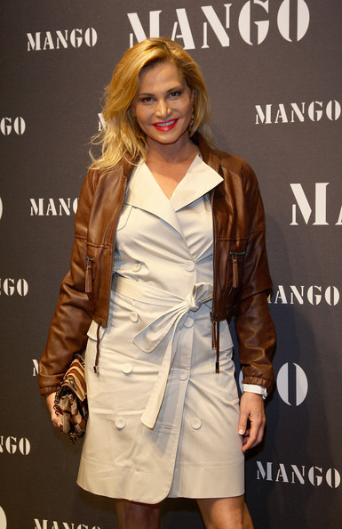 Simona Ventura's white coat dress and brown leather jacket were a smart combination.
