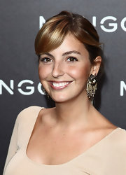 Jessica Athayde paired her simple updo with chain embellished decorative earrings.
