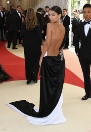 Emily Ratajkowski made us go weak in the knees with this backless black-and-white one-shoulder gown by Prabal Gurung she wore to the Met Gala.