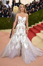 Kate Hudson looked like a walking work of art in her sculptural white Versace mermaid gown during the Met Gala.