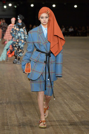 Gigi Hadid drowned her figure in an oversized plaid short suit during the Marc Jacobs runway show.