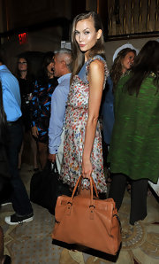 Karlie Kloss accessorized with a simple yet stylish camel-colored leather tote when she attended the Marchesa fashion show.