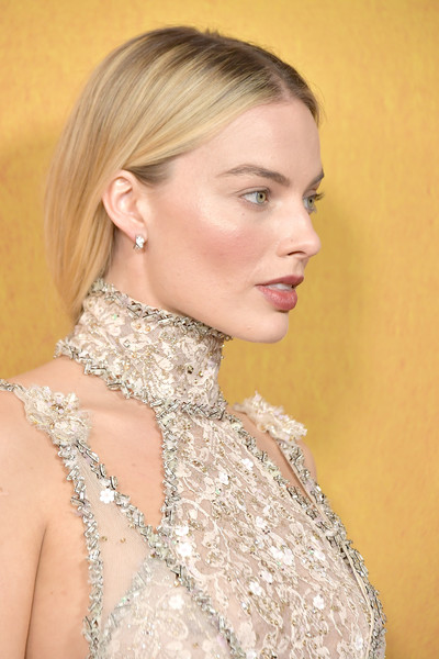Margot Robbie Loose Ponytail [margot robbie,mary queen of scots,hair,hairstyle,blond,eyebrow,skin,chin,beauty,lip,shoulder,dress,new york,paris theater,premiere,premiere]