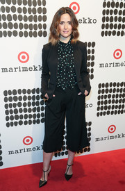 Black pumps with diagonal T straps sealed off Rose Byrne's look.