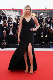 Kate Upton styled her dress with a pair of bedazzled sandals by Jimmy Choo.