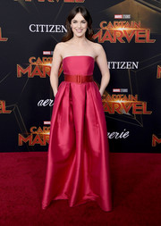 Elizabeth Henstridge went for classic glamour in a strapless fuchsia gown by Rami Al Ali at the premiere of 'Captain Marvel.'