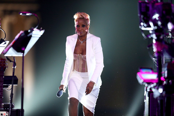 Mary J. Blige Skirt Suit [dear mama,performance,entertainment,music artist,performing arts,pink,event,fashion,concert,public event,music,mary j. blige,california,los angeles,vh1,event]