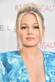 Kelli Berglund went retro with this loose, messy bun at the Maybelline New York Beauty Bash.