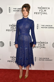 Rose Byrne's gold pumps provided a lovely contrast to her blue frock.