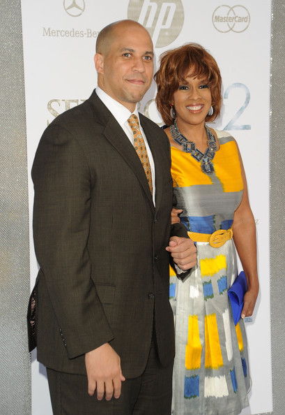 More Pics of Gayle King Bob (1 of 3) - Gayle King Lookbook - StyleBistro [sex and the city 2,yellow,suit,formal wear,event,fashion,award,tuxedo,smile,fashion design,white-collar worker,cory booker,gayle king,maybach present sex and the city 2,newark new jersey,radio city music hall,new york city,mercedes-benz,o magazine,premiere]