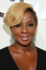 Mary J. Blige went for a glamorous finish with a pair of dangling diamond hoop earrings.