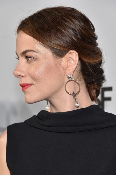 Michelle Monaghan Chignon [hair,hairstyle,neck,chin,ear,beauty,shoulder,fashion,chignon,black hair,sean parker,michelle monaghan,immunologists,collaboration,cancer,country,red carpet,parker institute for cancer immunotherapy,launch,the parker foundation celebrate milestone event in medical research]