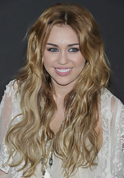 Miley opted for her signature long highlighted extensions while meeting some of her fans in Madrid. Her center part 'do was the perfect way to highlight her baby blue eyes.