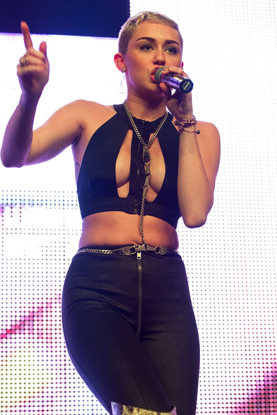 Miley Cyrus Silver Chain [christmas creampies,purple,fashion accessory,music artist,performance,muscle,abdomen,singing,microphone,trunk,girl,borgore,miley cyrus,stage,the fonda theatre,california,hollywood,christmas creampies concert,concert]
