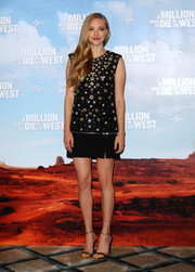 Amanda Seyfried continued the gold-black motif with a pair of sexy evening sandals.