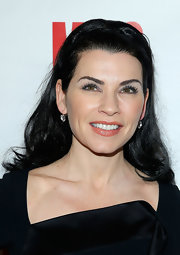 Julianna Margulies pulled back her long black waves with a headband, giving her a casual but cool look.