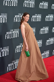 Michelle Monaghan gave her neutral gown a gorgeous pop of color with a faceted green clutch by Tyler Ellis.