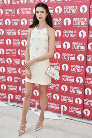 A white chain-strap bag finished off Margaret Qualley's monochromatic ensemble.