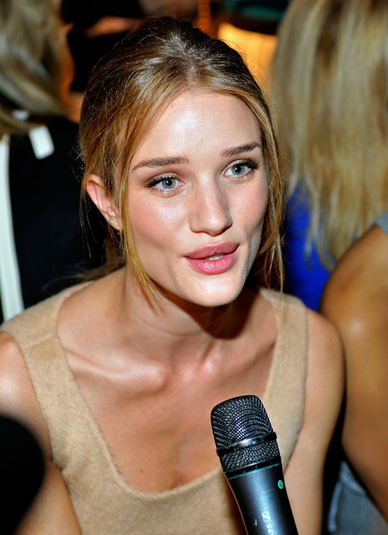 Model Rosie Huntington-Whiteley Loose Bun